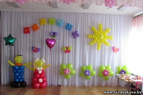 Оформление воздушными шарами сцены в детском саду.